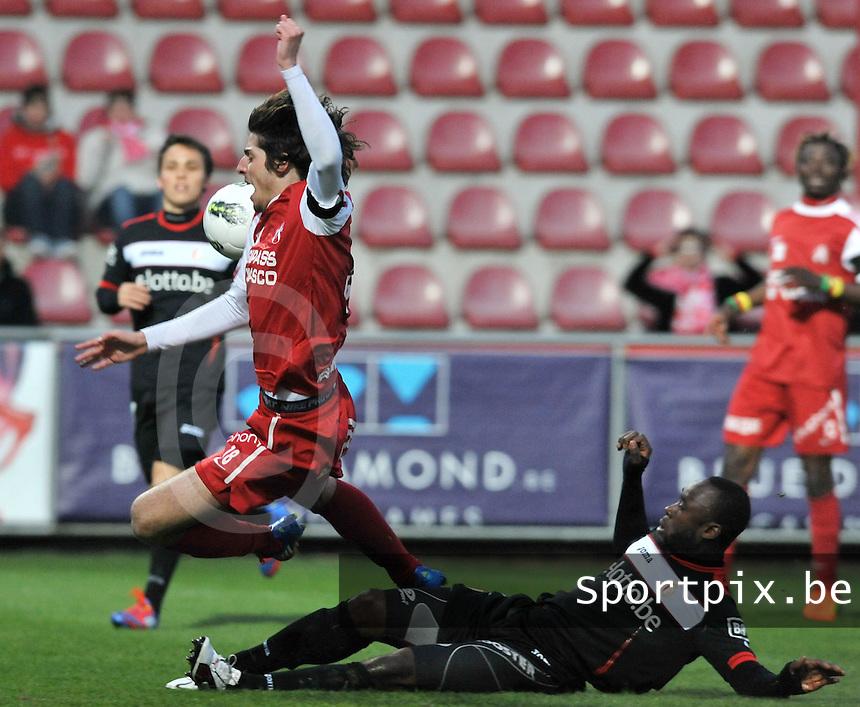KV Kortrijk - Standard : Reginal Goreux haalt Pablo Chavarria neer.foto VDB / BART VANDENBROUCKE