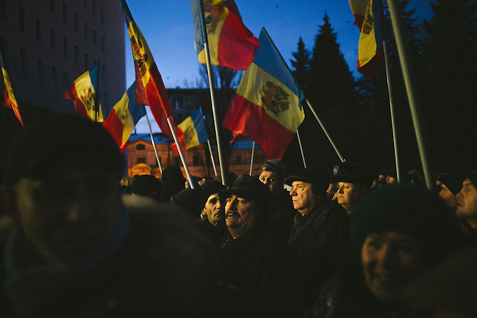 Demonstranten vor dem Parlamentsgeb&auml;ude. Zehntausende demonstrieren gegen die neue Regierung in Chisinau, Republik Moldau. / <br />