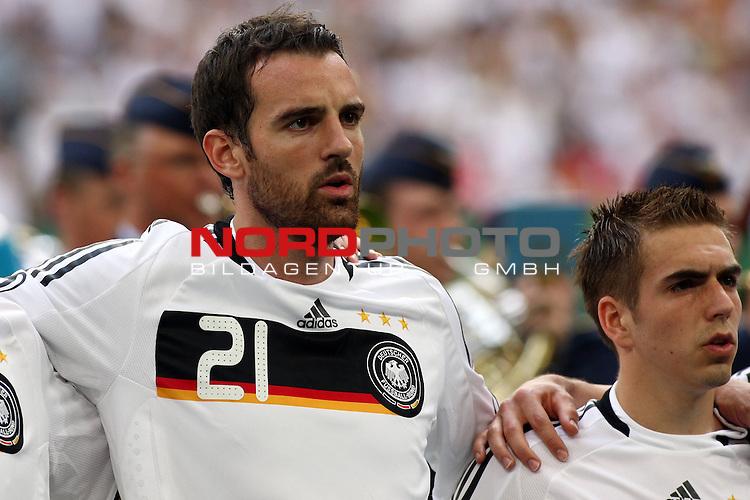 UEFA Euro 2008 Test - Deutschland (GER) vs. Serbien ( SRB ) 2 - 1 am 31.05.2008 in Gelsenkirchen - Auf Schalke<br /> Freundschaftsspiel - Friendlymatch<br /> <br /> Christoph Metzelder (#21 Real Madrid Deutsche Nationalmannschaft)  und Philipp Lahm (#16 Bayern M&uuml;nchen Deutsche Nationalmannschaft) vor dem Spiel w&auml;hrend der Nationalhymne.<br /> <br /> Foto &copy; nph (  nordphoto  ) *** Local Caption ***
