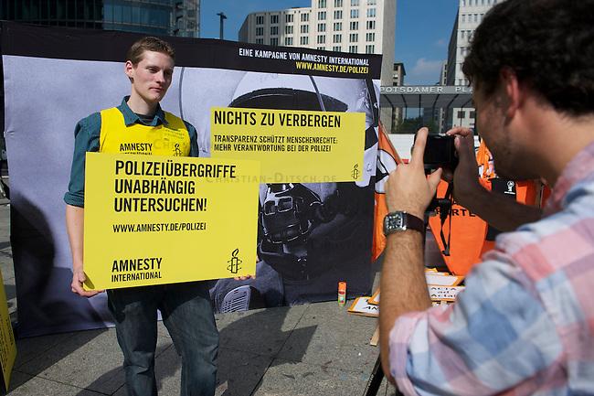 Kampagne &quot;Nichts zu verbergen - Kennzeichnungspflich fuer Polizisten&quot; von Amnesty International.<br />Mit der Kampagne will Amnesty International Druck auf die Verantwortlichen in Politik und Polizei ausueben, denn zu oft bleiben Taeter aus Reihen der Polizei unbehelligt, da sie nicht zu identifizieren sind. Die Opfer polizeilicher Uebergriffe leiden zum Teil ein Leben lang unter den Folgen eines solchen Uebergriffes.<br />Am Rande der Demonstration &quot;Freiheit statt Angst&quot; am Samstag den 11. September 2010 am Potsdamer Platz in Berlin konnten sich Unterstuetzer der Kampagne von Amnesty fotografieren lassen.<br />11.9.2010, Berlin<br />Copyright: Christian-Ditsch.de<br />[Inhaltsveraendernde Manipulation des Fotos nur nach ausdruecklicher Genehmigung des Fotografen. Vereinbarungen ueber Abtretung von Persoenlichkeitsrechten/Model Release der abgebildeten Person/Personen liegen nicht vor. NO MODEL RELEASE! Don't publish without copyright Christian-Ditsch.de, Veroeffentlichung nur mit Fotografennennung, sowie gegen Honorar, MwSt. und Beleg. Konto: I N G - D i B a, IBAN DE58500105175400192269, BIC INGDDEFFXXX, Kontakt: post@christian-ditsch.de Urhebervermerk wird gemaess Paragraph 13 UHG verlangt.]