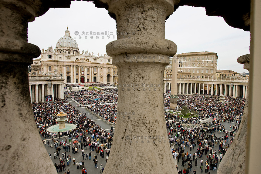 Messa in Piazza San Pietro. Saint Peter Square during a Sunday mass