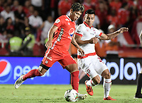 CALI - COLOMBIA, 28-11-2019: Rafael Carrascal del América disputa el balón con John Velasquez de Cali durante partido por la fecha 6, cuadrangulares semifinales, de la Liga Águila II 2019 entre América de Cali e Independiente Santa Fe jugado en el estadio Pascual Guerrero de la ciudad de Cali. / Rafael Carrascal of America struggles the ball with John Velasquez of Santa Fe during match for the date 6, quadrangular semifinals, as part of Aguila League II 2019 between America de Cali and Independiente Santa Fe played at Pascual Guerrero stadium in Cali. Photo: VizzorImage / Gabriel Aponte / Staff