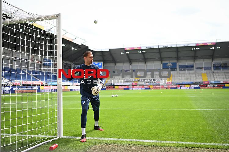 Torwart Oliver Baumann (TSG 1899 #1) macht sich warm,<br /><br /><br />nph00251: Sport: Fussball: 1. Bundesliga: Saison 19/20: <br />27. Spieltag: SC Paderborn - TSG 1899 Hoffenheim, 23.05.20<br /><br />Foto:  / via Rauch / nordphoto <br /><br />Nur für journalistische Zwecke! Only for editorial use!<br /><br />Gemäß den Vorgaben der DFL Deutsche Fußball Liga ist es untersagt, in dem Stadion und/oder vom Spiel angefertigte Fotoaufnahmen in Form von Sequenzbildern und/oder videoähnlichen Fotostrecken zu verwerten bzw. verwerten zu lassen. DFL regulations prohibit any use of photographs as image sequences and/or quasi-video.