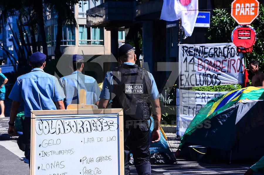 RIO DE JANEIRO, RJ, 29 DE JUNHO DE 2013 -ACAMPAMENTO GOVERNADOR SÉRGIO CABRAL- Manifestantes estão acampados há dias em frente a rua onde mora o governador Sérgio Cabral, na tarde deste sábado, 29 de junho, no Leblon, zona sul do Rio de Janeiro.FOTO:MARCELO FONSECA/BRAZIL PHOTO PRESS