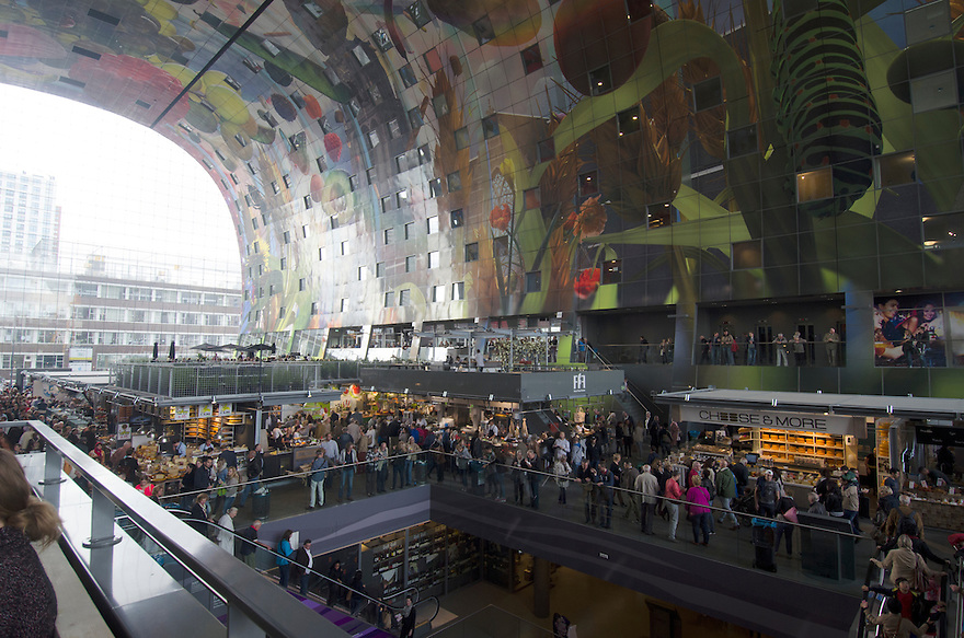 10okt2014<br /> Overzicht over het winkelende publiek in de nieuwe markthal in Rotterdam.<br /> (c)renee teunis