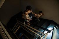 BUENOS AIRES, ARGENTINA, 27.12.2013 - APAGAO BUENOS AIRES - O verão chegou com antecedência à Argentina e provocou uma onda de apagões elétricos em Buenos Aires e nos municípios ao seu redor. Em alguns locais, moradores reclamam que já estão sem luz há cinco dias. Os apagões em Buenos Aires atingiram ruas e/ou quadras em diversos bairros. Em algumas zonas turísticas, como a Recoleta e Palermo, também houve falta de luz em pontos específicos. ( FOTO: JUANI RONCORONI / BRAZIL PHOTO PRESS).