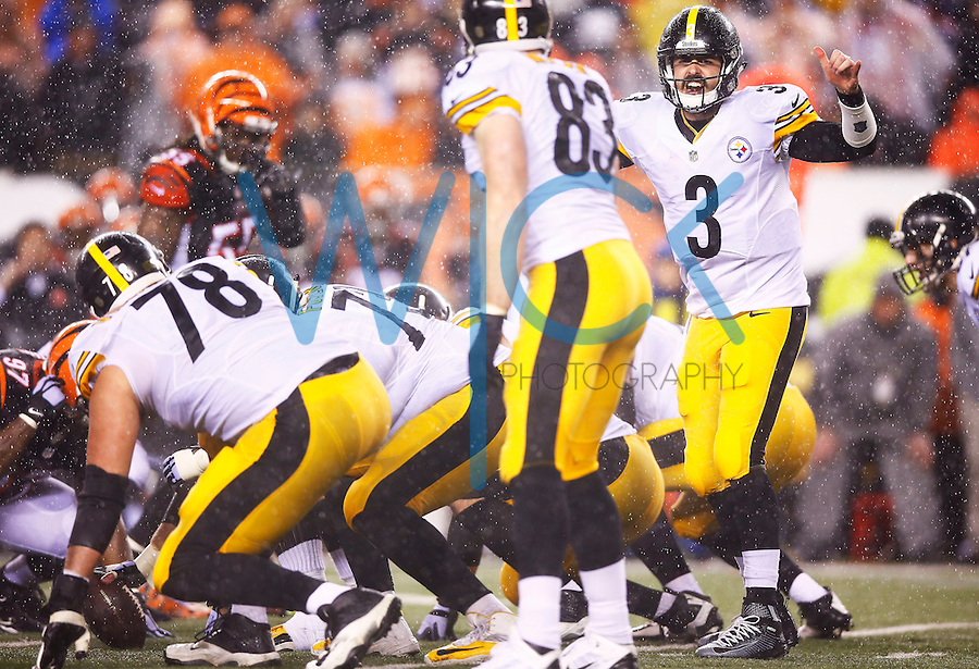 Landry Jones #3 of the Pittsburgh Steelers stand behind center against the Cincinnati Bengals during the Wild Card playoff game at Paul Brown Stadium on January 9, 2016 in Cincinnati, Ohio. (Photo by Jared Wickerham/DKPittsburghSports)