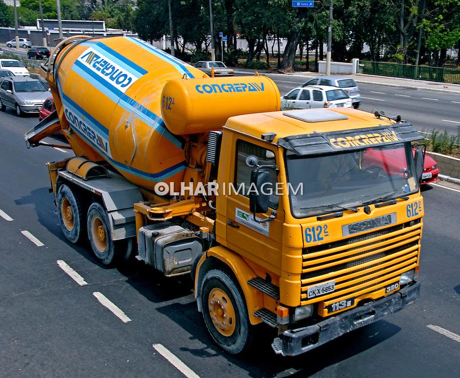 Caminhão betoneira. Foto de Juca Martins