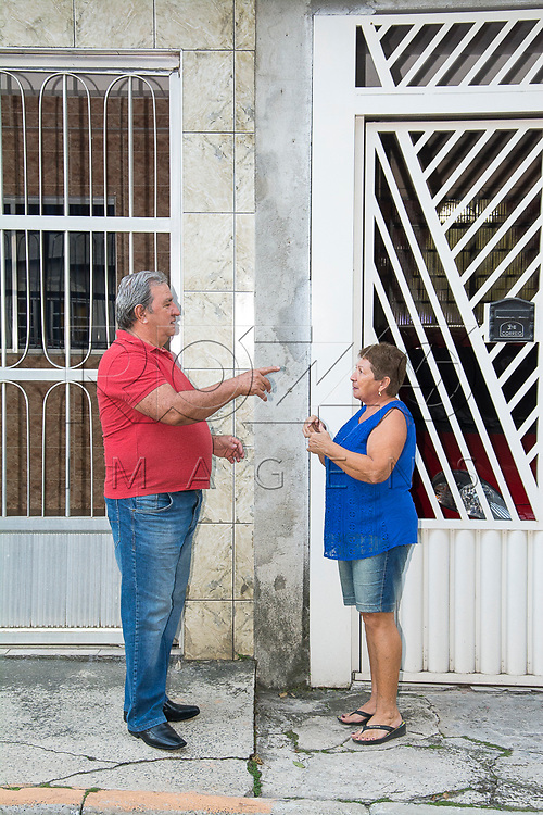 Vizinhos conversando em frente as suas casas, São Paulo - SP, 05/2017. Uso de imagem autorizado.