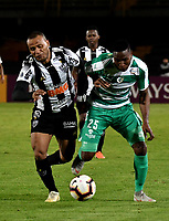 BOGOTÁ-COLOMBIA, 27-08-2019: Neider Barona de La Equidad (COL) y Leo Silva de Atlético Mineiro (BRA), disputan el balón, durante partido de vuelta de los cuartos de final entre La Equidad (COL) y Club Atlético Mineiro (BRA), por la Copa Conmebol Sudamericana 2019 en el estadio Nemesio Camacho El Campin, de la ciudad de Bogotá. / Neider Barona of La Equidad (COL) and Leo Silva of Atletico Mineiro (BRA), figths for the ball, during a match between La Equidad (COL) and Club Atletico Mineiro (BRA), of the second leg of the quarter finals for the Conmebol Sudamericana Cup 2019 in the Nemesio Camacho El Campin stadium in Bogota city. Photo: VizzorImage / Luis Ramírez / Staff.