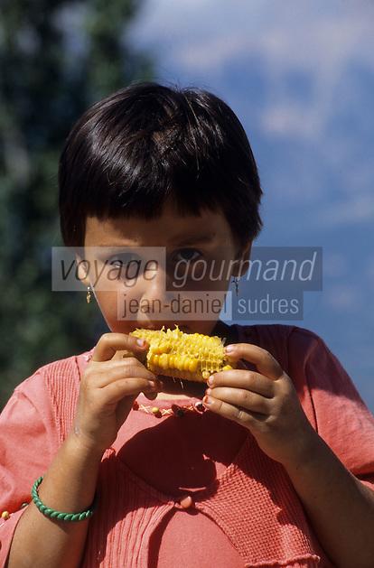 Europe/Turquie/Env d'Altinyata : Le marché, petite fillle mangeant un épis de maïs