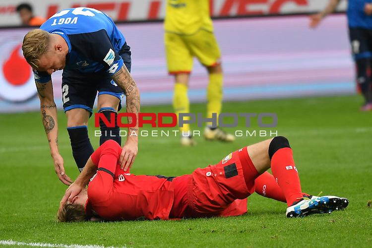 22.10.2016, BAYARENA, Leverkusen, GER, 1.FBL., Bayer 04 Leverkusen vs. TSG 1899 Hoffenheim  <br /> <br /> im Bild / picture shows: <br /> Kevin Vogt (Hoffenheim #22),  k&uuml;mmert sich um Stefan Kiessling (Leverkusen #11), und hilft <br /> <br /> <br /> <br /> Foto &copy; nordphoto / Meuter