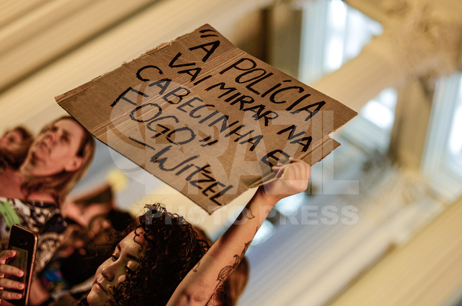 """RIO DE JANEIRO, RJ, 23.09.2019 - PROTESTO-RJ - Protesto na frente da Assembleia Legislativa do Rio de Janeiro (ALERJ), intitulado """"Por Agatha, dizemos: Parem de nos Matar!"""" exisgindo justiça pelo assassinato da menina Agatha Felix de 8 anos, na tarde desta segunda-feira(23), região central do cidade do Rio de Janeiro ( Foto: Vanessa Ataliba/Brazil Photo Press)"""