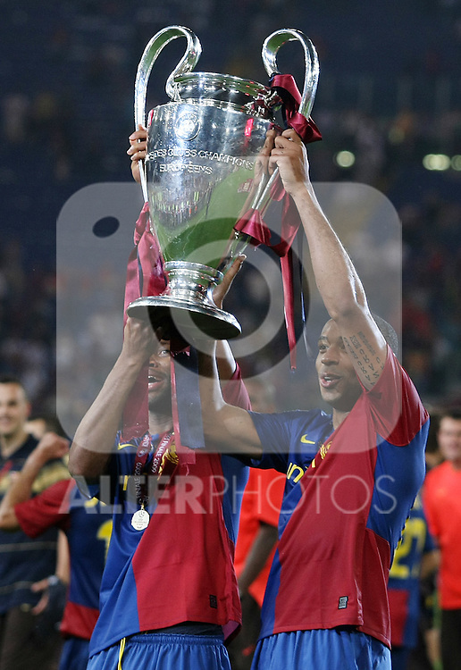 FC Barcelona's Thierry Henry (r) and Toure Yaya celebrates the victory in the UEFA Champiosn League Final match in Roma.May 27 2009. (ALTERPHOTOS/Acero).