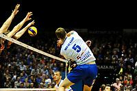 GRONINGEN - Volleybal , Lycurgus - Orion, finale playoff 3, seizoen 2018-2019, 01-05-2019 Lycurgus speler Auke van der Kamp slaat de bal langs het blok