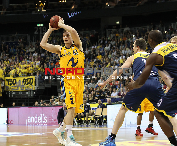 15.05.2015, O2 world, Berlin, GER, 1.BBL, ALBA Berlin vs. EWE Baskets Oldenburg, im Bild Leon Radosevic (ALBA Berlin), Adam Chubb (Baskets Oldenburg)<br /> <br />               <br /> Foto &copy; nordphoto /  Engler