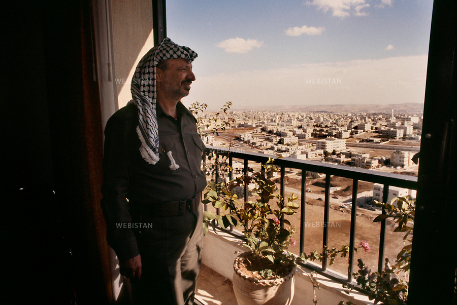 1984. Jordan. Amman. Yasser Arafat (1929-2004), chairman of the PLO, looks at Amman from his window, on his arrival for the 17th meeting of the Palestinian National Council (PNC). Jordanie. Amman. Yasser Arafat (1929-2004), le chef de l'OLP, oberve Amman à sa fenÍtre, à son arrivée pour la 17e réunion du Conseil National Palestinien (CNP).