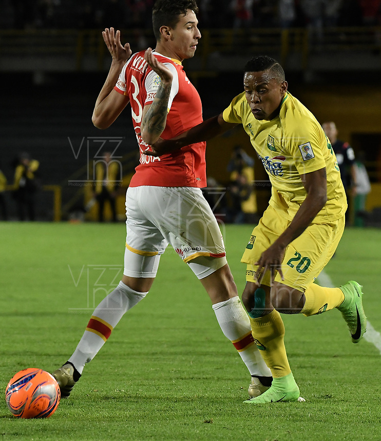 BOGOTÁ -COLOMBIA, 15-04-2017. Jose David Moya (Izq.) jugador de Santa Fe disputa el balón con Jhon Pajoy (Der.) jugador del Bucaramanga durante el encuentro entre Independiente Santa Fe y Atletico Bucaramanga por la fecha 13 de la Liga Aguila I 2017 jugado en el estadio Nemesio Camacho El Campin de la ciudad de Bogota. / Jose David Moya (L) player of Santa Fe struggles for the ball with Jhon Pajoy (R) player of Bucaramanga during match between Independiente Santa Fe and Atletico Bucaramanga for the date 13 of the Aguila League I 2017 played at the Nemesio Camacho El Campin Stadium in Bogota city. Photo: VizzorImage/ Gabriel Aponte / Staff