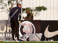 S&Atilde;O PAULO,SP,18 JUNHO 2012 - TREINO CORINTHIANS <br /> Chic&atilde;o se machuca  durante treino do Corinthians no CT Joaquim Grava, no Parque Ecologico do Tiete, zona leste de Sao Paulo, na tarde desta segunda-feira 18. O time se prepara para o jogo de quarta feira 20  no estadio Paulo Machado de Carvalho (Pacaembu) contra o Santos pela semi final da copa libertadores. FOTO ALE VIANNA - BRAZIL FOTO PRESS