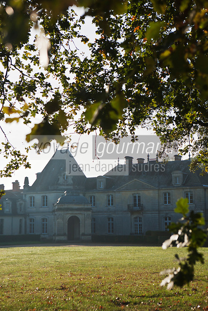 Europe/France/Aquitaine/24/Dordogne/Creysse: Le Château de Tiregand se situe en Périgord pourpre, le parc domine d'une quarantaine de mètres la vallée de la Dordogne. Le vignoble de 43 hectares qui y est cultivé produit du vin de pécharmant. Les chais sont implantés au Vieux Castel ou  Château Vieux. Le Château appartient à la famille de Saint-Exupéry
