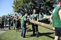 Worfeller Kerwegesellschaft stellt den Baum am Bürgerhaus auf, Kerwevadder Yannick Reuter (2vr) packt mit an
