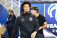 Leroy Sane (Deutschland Germany) kommt an, dahinter Bundestrainer Joachim Loew (Deutschland Germany)- 16.10.2018: Frankreich vs. Deutschland, 4. Spieltag UEFA Nations League, Stade de France, DISCLAIMER: DFB regulations prohibit any use of photographs as image sequences and/or quasi-video.