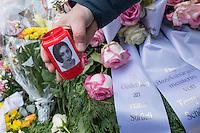 """Gedenken an Ehrenmord-Opfer Hatun Sueruecue in Berlin.<br /> Am Dienstag den 7. Februar 2017 wurde in Berlin-Tempelhof der am 7.2.2005 ermordeten Deutsch-Kurdin Hatun Sueruecue gedacht. Die 21jaehrige Frau wurde von ihrer Familie ermordet, weil sie sich nicht an die """"traditionellen"""" Werte gehalten hat, eine Ausbildung zur Elektroinstallatoerin gemacht hat und mit ihrem unehelichen Kind ein selbstbestimmtes Leben fuehren wollte.<br /> Der Mord wurde in Abstimmung mit der Familie von ihren Bruedern durchgefuehrt, als Taeter wurde der damals minderjaehriger Bruder vorgeschickt. Zwei Brueder fluechteten in die Tuerkei.<br /> Im Bild: Ein Teilnehmer der Gedenkkundgebung mit einer Kerze, auf der ein Portrait der ermordeten Hatun Sueruecue ist.<br /> 7.2.2017, Berlin<br /> Copyright: Christian-Ditsch.de<br /> [Inhaltsveraendernde Manipulation des Fotos nur nach ausdruecklicher Genehmigung des Fotografen. Vereinbarungen ueber Abtretung von Persoenlichkeitsrechten/Model Release der abgebildeten Person/Personen liegen nicht vor. NO MODEL RELEASE! Nur fuer Redaktionelle Zwecke. Don't publish without copyright Christian-Ditsch.de, Veroeffentlichung nur mit Fotografennennung, sowie gegen Honorar, MwSt. und Beleg. Konto: I N G - D i B a, IBAN DE58500105175400192269, BIC INGDDEFFXXX, Kontakt: post@christian-ditsch.de<br /> Bei der Bearbeitung der Dateiinformationen darf die Urheberkennzeichnung in den EXIF- und  IPTC-Daten nicht entfernt werden, diese sind in digitalen Medien nach §95c UrhG rechtlich geschuetzt. Der Urhebervermerk wird gemaess §13 UrhG verlangt.]"""