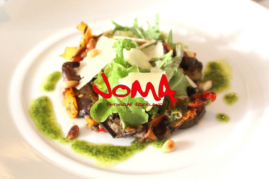 Salade de legumes du soleil grilles copeaux de parmesan. Salad of grilled southerm vegetables parmesan