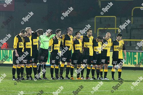 2010-01-16 / Voetbal / seizoen 2009-2010 / Lierse SK - OH Leuven / Voor aanvang van de wedstrijd werd er een minuut stilte gehouden ter nagedachtenis van de overleden vader van Mohamed Abdelwahed (5e van rechts)..Foto: mpics