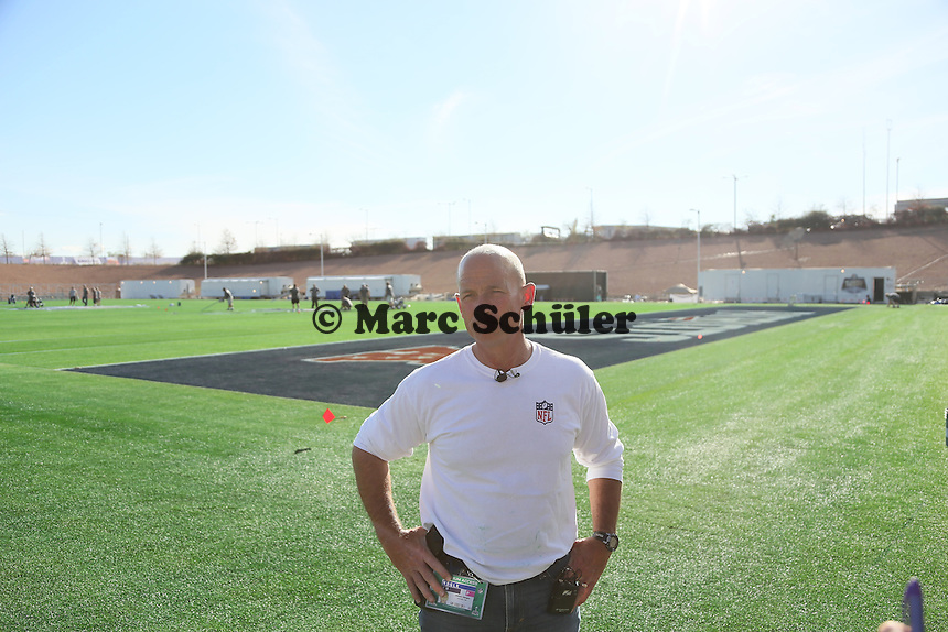 Ed Mangan (NFL Director of Ground Work) erklärt die Arbeiten rund um das Spielfeld - Super Bowl XLIX Stadion-PK, University of Phoenix Stadium