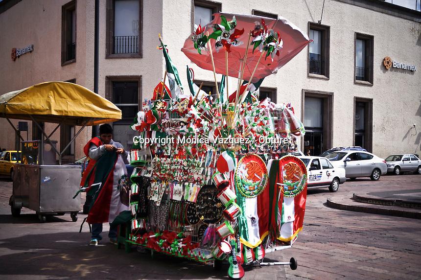 Quéretaro, Qro. 26 de agosto 2015. Los adornos mexicanos ya están al alcance de sus consumidores en las ubicaciones de las esquinas del Centro Histórico de Quéretaro