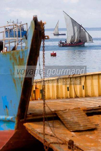 Afrique/Afrique de l'Est/Tanzanie/Zanzibar/Ile Unguja/Stone Town: la plage, bac et boutre bateau à voile des pécheurs