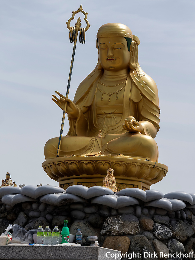 Buddhastatue am Strand, Tempel Haedong Yonggungsa, Busan, Gyeongsangnam-do, S&uuml;dkorea, Asien<br /> Buddha statue at the shore, buddhist temple Haedong Yonggungsa, Busan,  province Gyeongsangnam-do, South Korea, Asia