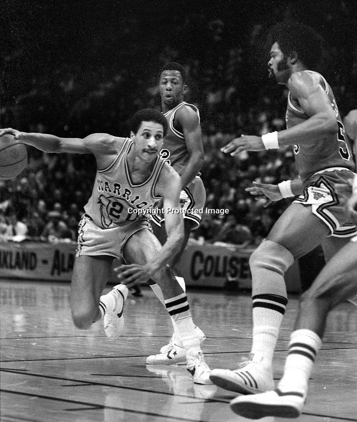 Golden State Warrior Phil Smith against the Chicago Bulls Artis Gilmore.(1980 photo/Ron Riesterer)