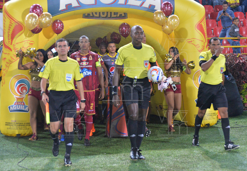 IBAGUÉ - COLOMBIA, 30-05-2018:Jhon Alexander Hinestroza referee central.Acción de juego entre los equipos   Deportes Tolima  y el Independiente Medellín durante partido semifinal ida de la Liga Águila I 2018 jugado en el estadio Manuel Murillo Toro de la ciudad de Ibagué. /Jhon Alexander Hinestroza central referee. Action game between Deportes Tolima and  Independiente Medellin   during firts match semifinal for the  Aguila League I 2018 played at Manuel Murillo Toro in Ibague city. VizzorImage / Juan Carlos Escobar / Cont