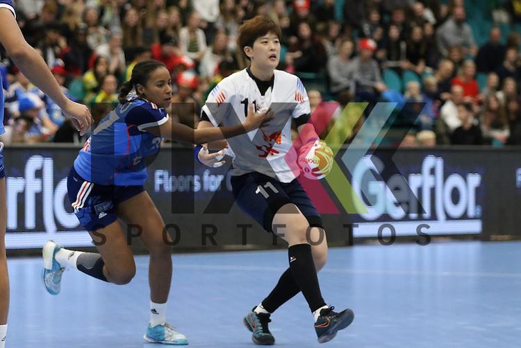 Kolding (DK), 07.12.15, Sport, Handball, 22th Women's Handball World Championship, Vorrunde, Gruppe C, S&uuml;d Korea-Frankreich : Siraba Dembele (Frankreich, #17), Ryu Eun Hee (S&uuml;d Korea, #11)<br /> <br /> Foto &copy; PIX-Sportfotos *** Foto ist honorarpflichtig! *** Auf Anfrage in hoeherer Qualitaet/Aufloesung. Belegexemplar erbeten. Veroeffentlichung ausschliesslich fuer journalistisch-publizistische Zwecke. For editorial use only.