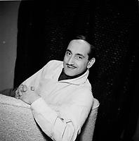 Roger Joubert  vers 1955 (date inconnue)<br /> <br /> Roger Joubert, né à Avignon le 29 janvier 1929 et mort à Lorraine, le 2 octobre 20101,2, est un comédien, compositeur et pianiste. Arrivé au Québec en 1952, il est notamment connu pour son rôle dans la comédie de situation Moi et l'autre avec Dominique Michel et Denise Filiatrault et sa participation au Festival de l'humour, une revue de l'actualité humoristique diffusée à l'antenne de la radio montréalaise CKAC. <br /> <br /> Photo : Agence Quebec Presse - Roland Lachance