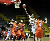 BOGOTA - COLOMBIA: 24-03-2014: Stalin Ortiz (2Der.) jugador de Guerreros, disputa el balón con Yader Fernandez (Izq.) Brandon Rayson (2Izq.) y Parker Smith (Der.) jugadores de Bucaros Freskaleche, durante partido entre Guerreros de Bogota y Bucaros Freskaleche de Bucaramanga por la fecha 3 de la Liga Directv Profesional de Baloncesto I en partido jugado en el Coliseo El Salitre de la ciudad de Bogota. / Stalin Ortiz (2R) player of Guerreros, fights for the ball with Yader Fernandez (L) Brandon Rayson (2L) and Parker Smith (R) players of Bucaros Freskaleche, during a match between Guerreros de Bogota and Bucaros Freskaleche de Bucaramanga for the  date 3 of La Liga Directv Profesional de Baloncesto I, game at the El Salitre Coliseum in Bogota City. Photo: VizzorImage / Luis Ramirez / Staff.