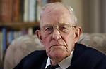 Foto: VidiPhoto<br /> <br /> BARNEVELD &ndash; Portret van de emeritus-predikant ds. C. den Boer uit Barneveld. Cor den Boer werd op 20 april 1931 geboren in Puttershoek, in de Hoekse Waard. Na zijn gymnasiumtijd begon hij in 1950 een studie theologie aan de theologische faculteit van de Universiteit van Utrecht. In 1954 ontving hij zijn preekconsent in de toenmalige Nederlandse Hervormde Kerk. Een jaar later trouwde hij met Maria Jacoba de Wit uit Gouda en werd hij beroepen in zijn eerste gemeente Veen. Daarna volgden Sliedrecht (1960), Zeist (1966), Wageningen (1972), Woudenberg (1978) en Bilthoven (1984). Van 1978-1991 was ds. den Boer bovendien secretaris van de Gereformeerde Bond en van 1992-1996 opleidingsdocent &ldquo;pastoraal-medewerker&rdquo; aan de CHE in Ede. Hij schreef tal van boeken en bundels. Op dit moment is de emeritus-predikant nog panellid bij de vragenrubriek van Refoweb, waarvoor hij inmiddels meer dan 200 vragen heeft beantwoord.