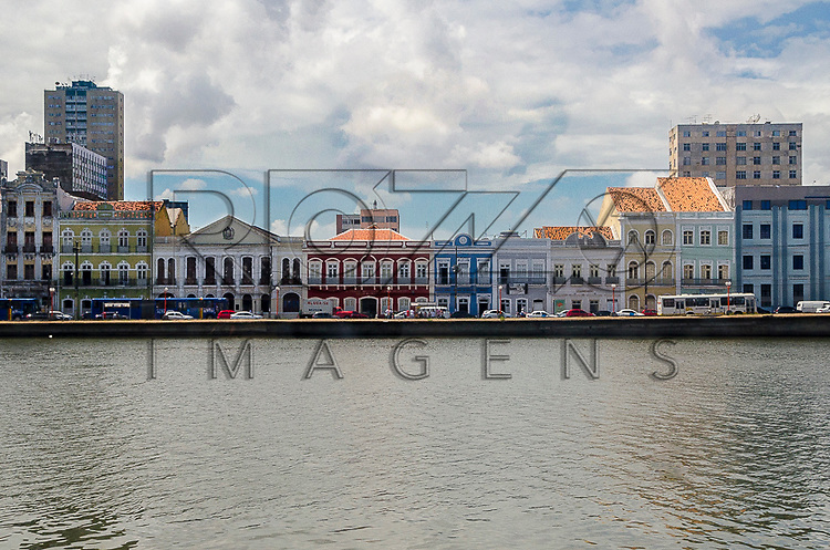 Casarios antigos da rua Aurora no Rio Capibaribe - centro histórico de Recife - PE, 12/2012.