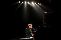 """SAO PAULO, SP, 09 DE MAIO DE 2013 - SHOW RUFUS WAINRIGHT - O cantor, pianista e compositor norte-americano Rufus Wainright, de volta ao Brasil após 5 anos, apresentou seu novo disco """"Out of Game"""", na noite desta quinta feira (09) no HSBC Brasil em São Paulo. FOTO: LEVI BIANCO - BRAZIL PHOTO PRESS"""