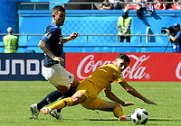 KAZAN - RUSIA, 16-06-2018: Lucas Hernandez jugador de Francia disputa el balón con Mathew Leckie jugador de Australia durante partido de la ronda de grupos de la Copa Mundo FIFA 2018 Rusia. / Lucas Hernandez player of France vies for the ball with Mathew Leckie player of Australia during match of the groups phase as part of the 2018 FIFA World Cup Russia. Photo: VizzorImage / Julian Medina / Cont