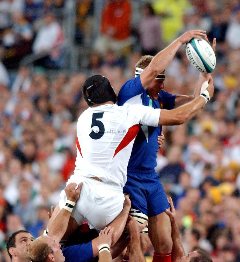 Photo. Steve Holland. .France v England. Semi-final at the Telstra Stadium, Sydney. RWC 2003..16/11/2003..Imanol Harinordoquy beats Ben Kay to the ball.