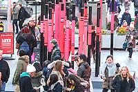 NEW YORK, NY, 14.02.2017 - TIMES-SQUARE - Turistas fazem fim em volta de obra de arte que faz o formato de um coração para celebrar o dia dos namorados na Times Square em Manhattan na cidade de New York , nesta terça-feira, 14. (Foto: William Volcov/Brazil Photo Press)