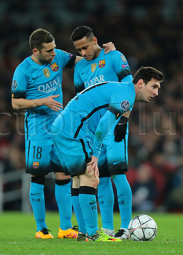 23.02.2016. Emirates Stadium, London, England. UEFA Champions League. Arsenal versus Barcelona. Barcelona Midfielder Lionel Messi prepares for a free kick as Jordi Alba and Neymar discuss tactics