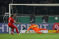 Marco Russ (Eintracht Frankfurt) trifft im Elfmeterschießen gegen Torwart Yann Sommer (Borussia Mönchengladbach) zum 5:5 - 25.04.2017: Borussia Moenchengladbach vs. Eintracht Frankfurt, DFB-Pokal Halbfinale, Borussia Park