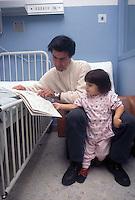 Ospedale San Camillo, Roma. Reparto di Chirurgia pediatrica..San Camillo Hospital, Rome. Department of Pediatric Surgery..Genitori con i loro bambini.Parents with their children....