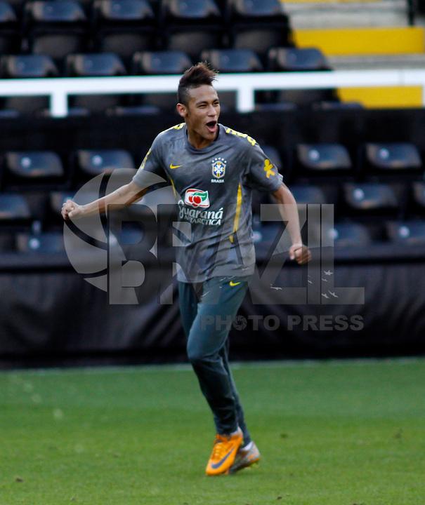 LONDRES, INGLATERRA, 04 DE SETEMBRO 2011 - TREINO SELECAO BRASILEIRA - Neymar jogador da selecao brasileira durante treino de reconhecimento de gramado, neste domingo (4), um dia antes da partida amistosa contra a sele&ccedil;&atilde;o de Gana, no Craven Cottage Stadium<br /> Londres. (FOTO: WILLIAM VOLCOV - NEWS FREE).