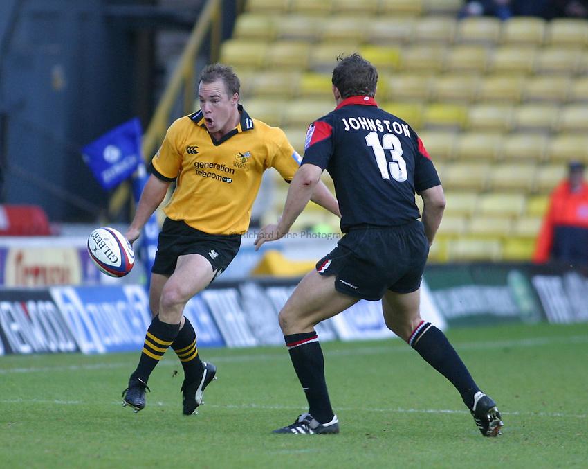 Photo: Jo Caird.Saracens V Wasps .Zurich Premiership 2003/4.26/10/2003..Mark Van Gisbergen kicks ahead.