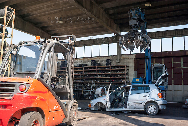 Rottami di auto in uno sfasciacarrozze alla periferia nord di Milano --- Car wrecker at the north periphery of Milan